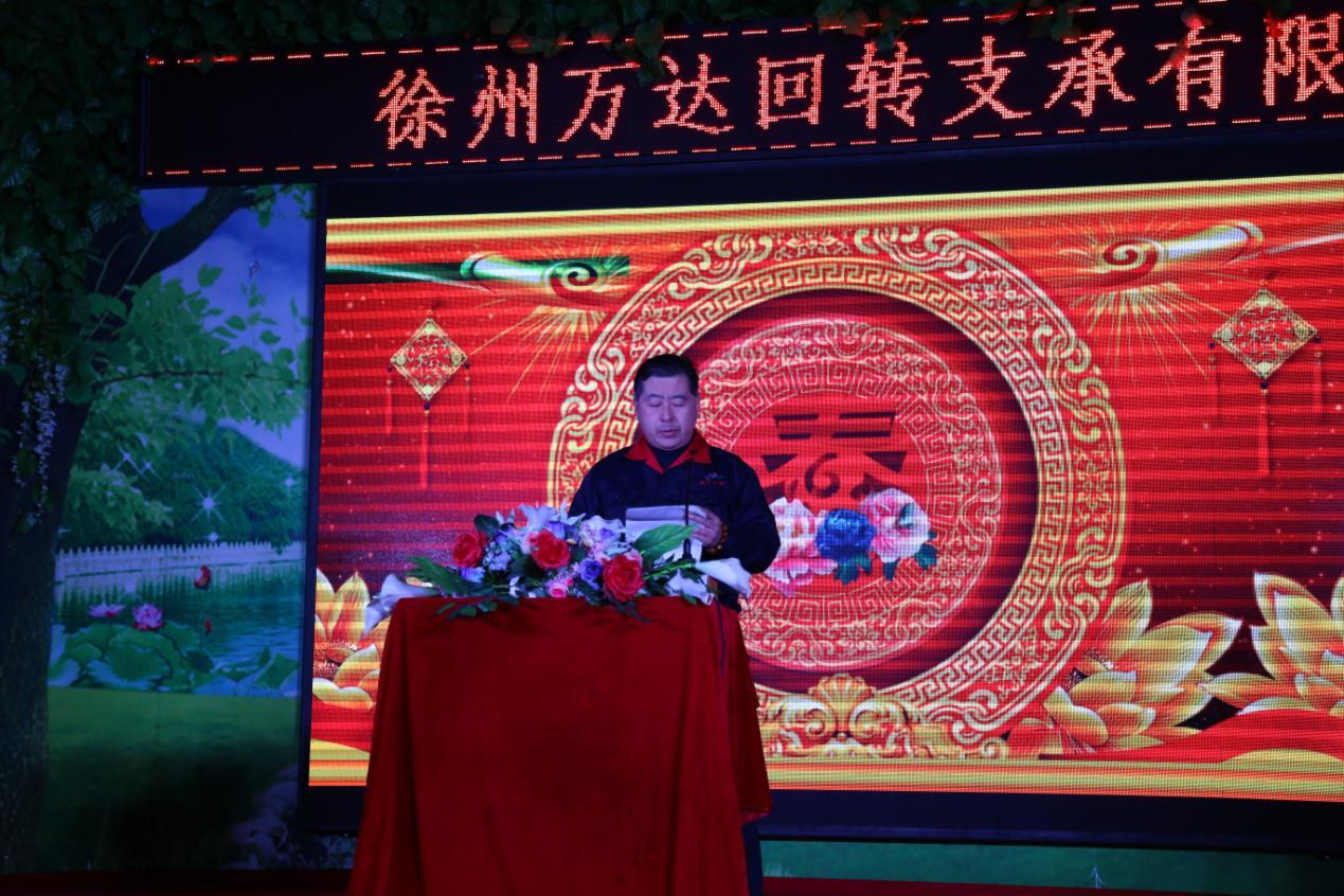 Генеральный директор выступил с речью, чтобы выразить свою благодарность и приветствовать всех гостей